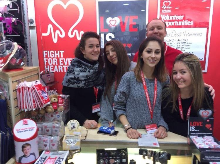 Federica, Lara, Eleonora e Arianna (3AT) con il manager del loro charity shop