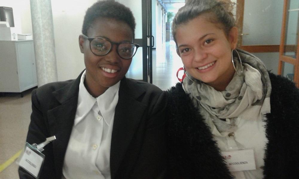 Greta e Valeria (3AT) svolgono attività di accoglienza